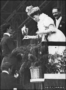 Queen Alexandra presents the trophy to Pietri at the White City Stadium