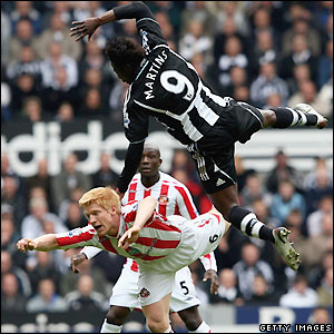 Obafemi Martins outjumps Paul McShane