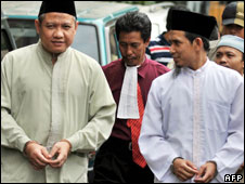 Zarkasih (L) and Abu Dujana (R) outside court, 21/04