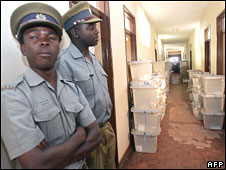Zimbabwean police guard ballot boxes on 19 April 2008 at Murombedzi, 100 km north-west of Harare