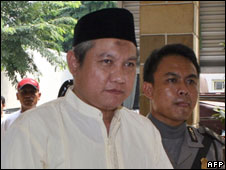 Zarkasih escorted to a court room in Jakarta, Indonesia (27/11/2007)