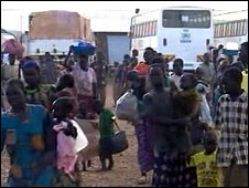 Crowds of people returning to south Sudan