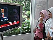 Indonesios miran la cobertura del S�per Martes