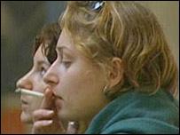 Две женщины; женщина на переднем плане с сигаретой