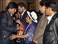 Celima Torrico, ministra de Justicia de Bolivia (en el medio)