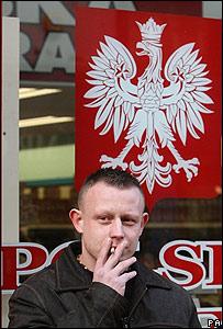 Польский мигрант перед гастрономом в Дублине, Ирландия