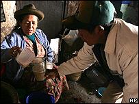 Campesinos peruanos tomando chicha de maíz
