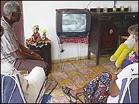 Familia cubana ve televisión  (Foto: Raquel Pérez)