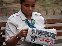 Una mujer cubana lee el periódico oficialista Granma (Foto: Raquel Pérez)