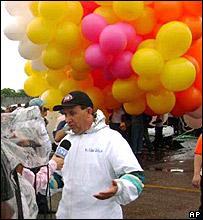 El padre Adalir habla con un periodista momentos antes del despegue