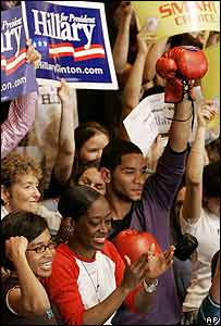Simpatizante de Clinton levanta un guante rojo