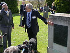 Willi Schludecker (l) and Chris Kilminster at Haycombe Cemetery