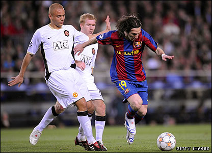 Lionel Messi attacks the Manchester United defence