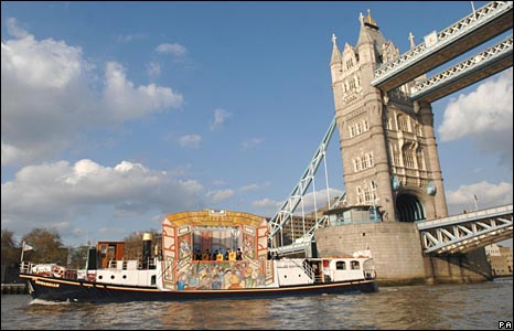 Musicians on a floating theatre on the River Thames