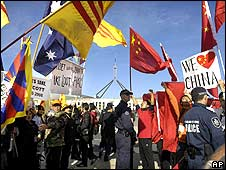 Police separate pro-Tibet protesters and China supporters