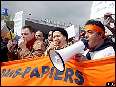 Protesters in Paris demand rights for illegal immigrants (12 April 2008)