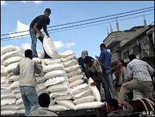 Palestinians unload a shipment of Unrwa aid in Rafah (24 April 2008)