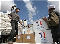 Refugiados palestinos cargan ayuda de la ONU
