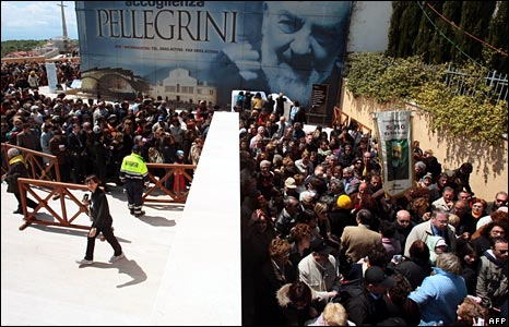 Pilgrims queue to see body of Padre Pio