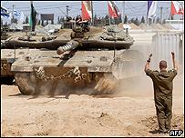 Soldado israelí dirige la maniobra de varios tanques de guerra en Gaza, AFP