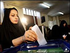 An Iranian woman votes in Tehran (25 April 2008)