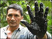 Miembro de la tribu Achuar en Per� muestra consecuencias de un derrame de petr�leo.