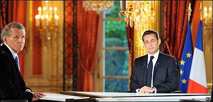 El periodista Patrick Poivre y el presidente Nicolas Sarkozy, AP