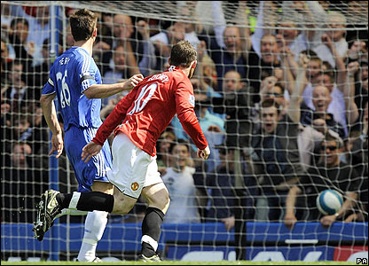 Wayne Rooney scores the equaliser for United