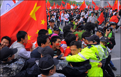South Korean police try to block Chinese students rallying at the start of the Olympic torch relay in Seoul on 27 April, 2008