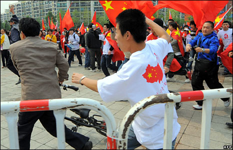 A Chinese student (C, white shirt) runs towards a South Korean demonstrator in Seoul, 27 April, 2008