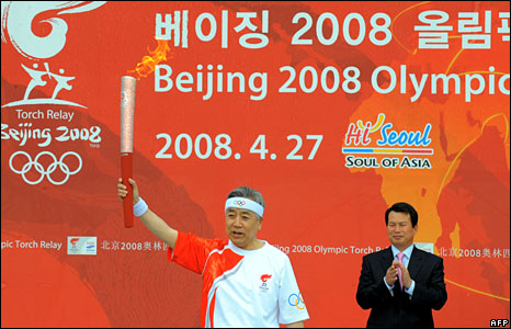 Kim Jung-Gil, president of South Korea's Olympic Committee, holds the torch at the Olympic Park in Seoul, 27 April , 2008