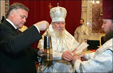 Vladimir Yakunin hands Holy Fire to Patriarch Alexy II