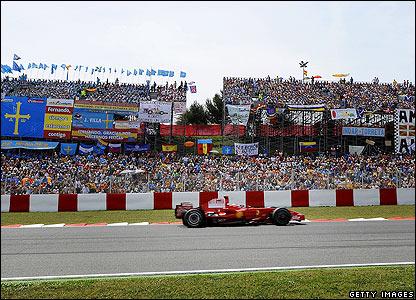 Kimi Raikkonen enters the final straight