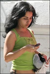 Cubana utilizando un teléfono celular