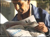 Cubano leyendo diarios