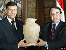 Syrian Culture Minister Riyadh Nassan Agha (R) hands back to Iraqi minister Mohammad Abbas al-Oraibi one of some 700 antiquities (23.04.08)