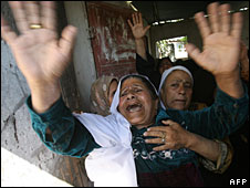 A woman mourns during the funeral of four children and their mother killed in the Gaza Strip, 28 April 2008