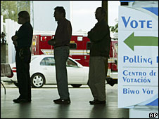 Voters queue to cast their ballots in the Florida primary, Jan 29, 2008 (File picture)
