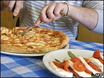 Пицца 'Маргарита' из помидоров и сыра и салат из свежих помидоров и сыра моцарелла в ресторане в Неаполе
