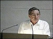 Toma de televisión del discurso de Raúl Castro.