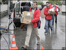 Austrian police forensic teams arrive at the house in Amstetten (29 April 2008)