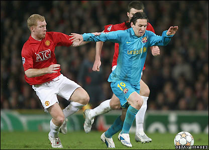 Scholes attempts to tackle Messi