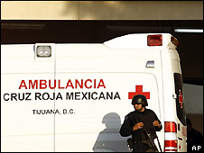 Armed Mexican federal police officer guards emergency entrance to Hospital General de Tijuana - 28/4/2008