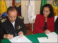 Representante de la Marina y Tania Mass�n.