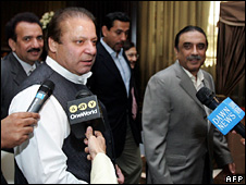Nawaz Sharif (left) and Asif Zardari speak to reporters in Dubai after holding talks (30 April 2008)