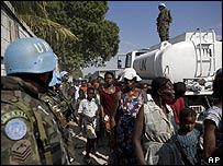 Personas esperan por alimentos en un centro de distribución de la ONU en Haití