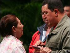 Hugo Chavez with a retired steel worker