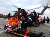 Отработка эвакуации раненых на учениях (снимок предоставлен пресс-службой ЦАХАЛ)