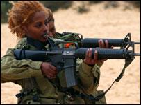 Израильские военнослужащие на стрельбах (снимок предоставлен пресс-службой ЦАХАЛ)