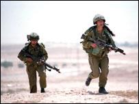 Израильские солдаты в пустыне (снимок предоставлен пресс-службой ЦАХАЛ)
